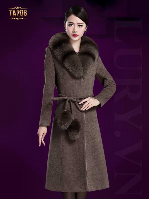 Áo khoác dạ nữ cổ đính lông đẳng cấp, quý phái.