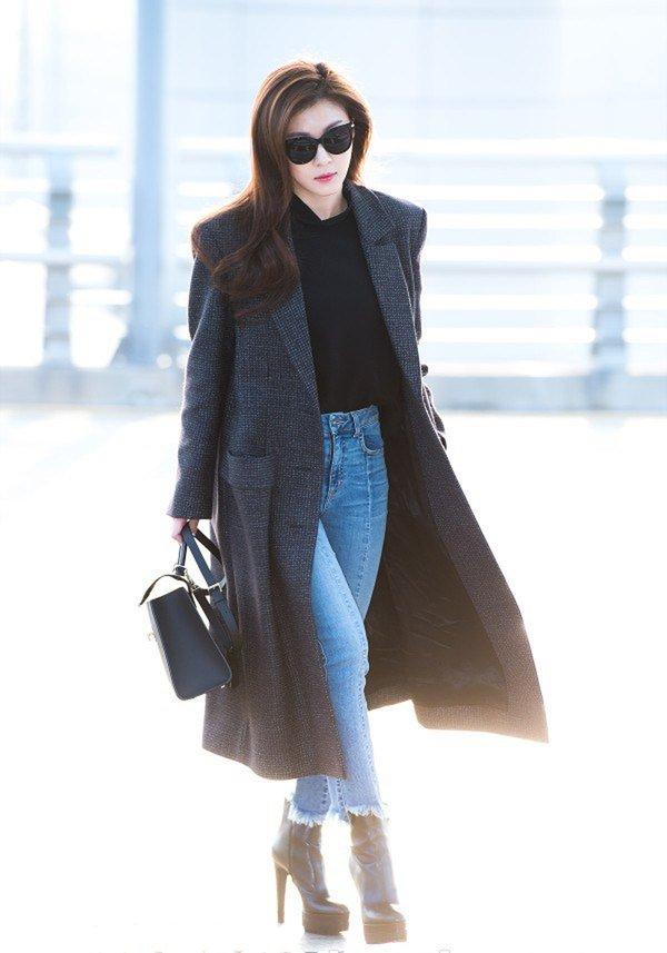 """Mỹ nhân """"Hoàng hậu Ki"""" diện áo khoác dạ nữ hàng hiệu dáng dài kết hợp quần jeans khoe vẻ đẹp thuần khiết, thanh lịch"""